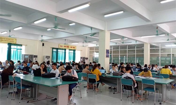 Không khí tự học trong mùa thi tại Thư viện Đại học Công nghiệp Hà Nội